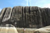 Kenapa dinamakan dengan Pantai Batu Dinding. Lihat saja perbandingan antara pengunjung dengan batunya. Kalian bisa kok mendaki sampai ke atasnya, karena memang tidak begitu curam asal hati-hati ya