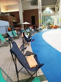 Bangku-bangku pantai juga tersedia di pinggir pantai indoor