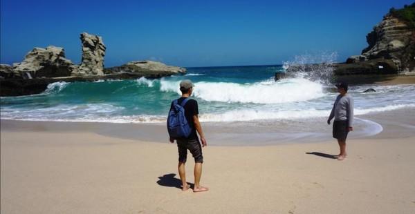 Di sebelah kiri pantai ada Spot batu mirip Sphinx Mesir dan dikanan spot batu mirip tanah lot Bali