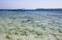 Pulau yang terletak di wilayah Indonesia tengah ini merupakan salah satu destinasi wisata pantai favorit di negeri kita. Di tepi pantainya kita dapat menjumpai banyak boat pengangkut wisatawan dari atau ke pulau di sekitarnya.