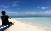 Menikmati indahnya pasir putih dan lautan yang biru