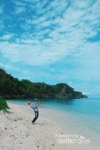 Pantai berpasir putih di Maluku Tenggara Barat