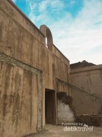 Sisa-sisa bangunan yang tertinggal