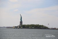 Pulau di mana patung ini berdiri sebelumnya disebut Pulau Bedloe, tapi namanya berubah pada tahun 1956 menjadi Pulau Liberty.