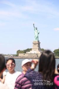 Sekitar 10 juta orang mengunjungi simbol kebebasan megah ini setiap tahun