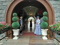 Di pintu masuk kastil sepasang peri menyambut kunjungan tamu