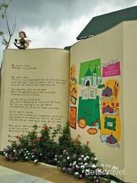 Halaman buku dongeng raksasa yang menarik hati
