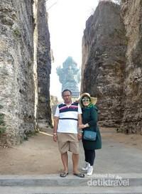 Wisatawan asal Malang yang berpose dengan latar belakang Patung GWK