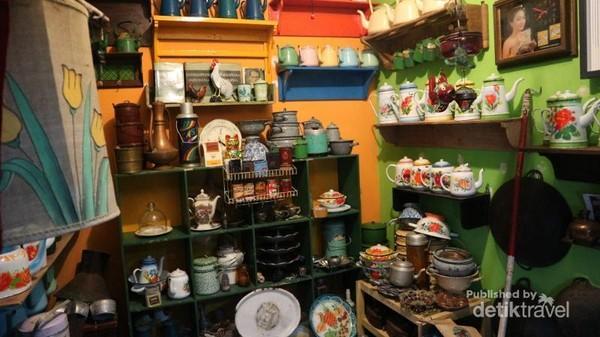 Selain dijual, pedagang juga menyewakan benda antik dan kuno yang ada di pasar ini