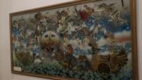 Tidak hanya wayang, terdapat juga lukisan kaca yang antik, khas Cirebon