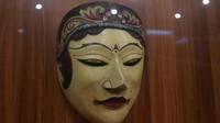 Selain itu bisa ditemui aneka koleksi topeng yang ada di Indonesia