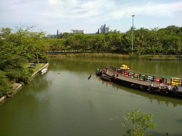 Wahana Kano yang ramai oleh pengunjung di area danau Learning farm
