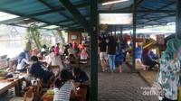 Keramaian pengunjung yang memadati floating market, Lembang
