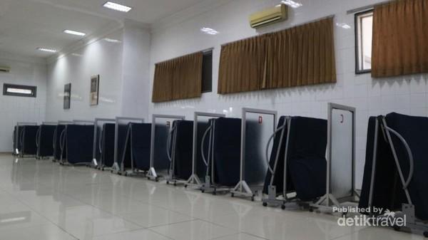 Di SPBU ini, pengunjung bisa tidur sejenak dengan menyewa ranjang lipat di ruang AC yang nyaman