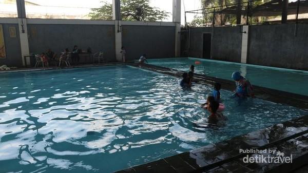 Jika membawa anak-anak tentu tidak akan bosan, sebab tersedia kolam renang di SPBU ini