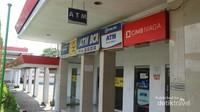 ATM dari bank swasta dan BUMN pun juga tersedia