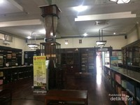 Ruang tengah untuk melihat koleksi dan lesehan