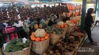 Ada juga aneka pilihan buah segar dari petani di sekitar lokasi