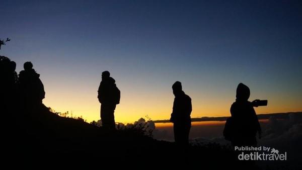 Pemandangan menjelang pagi dalam perjalanan menuju Kawah Ijen