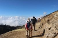 Jika saat naik pada jam 1 dini hari kita tidak dapat melihat pemandangan sekitar, saat turun justru kita bisa menikmati keelokan alam sekitar Kawah Ijen