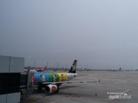Pesawat Airasia dengan livery yang kece yang mengantar kami ke Kuala Lumpur sebelum menuju Male