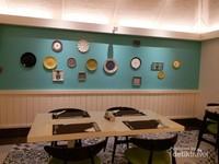 Interior Kaana Resto dengan hiasan dinding yang warna yang menarik