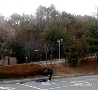 Salat di pelataran parkir Dankook University beralaskan jaket copotan di musim dingin Korea...mengundang masuk angin, saatnya Tolak Angin beraksi