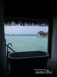 Spot hits di overwater suite, bathtub dengan pemandangan laut biru