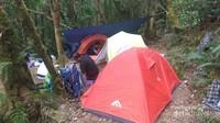 Mendirikan Tenda di Kandang Badak