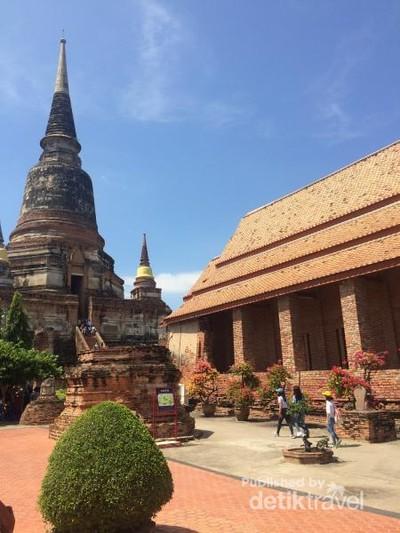 Mencari Berkah di Sumur dalam Stupa Raksasa Thailand