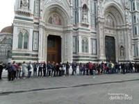 Antrian memasuki Menara Katedral di Piazza Del Duomo