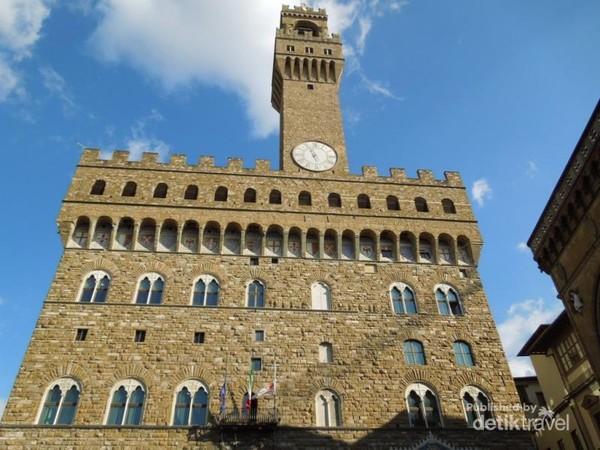 Palazzo Vecchio (Istana Tua) yang sekarang menjadi Gedung Pemerintahan, yang menyimpan beberapa patung karya Michael Angelo