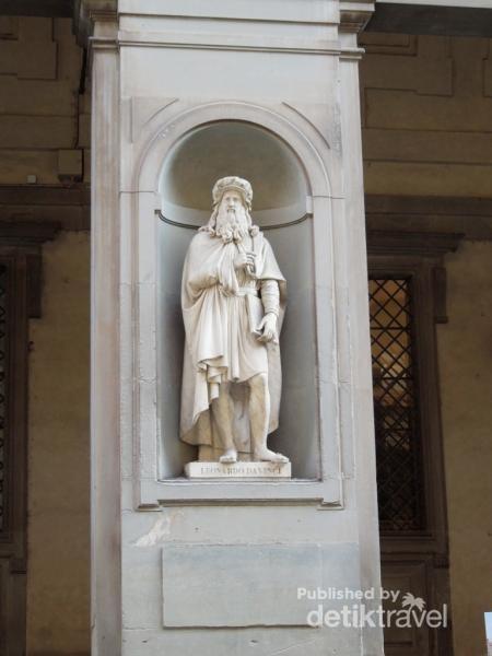 Patung Leonardo da Vinci adalah salah satu patung dari kalangan Tokoh Renaissance yang berjejer di area Museum Uffizi