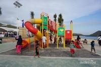 Sarana bermain anak di Pantai Kuta Mandalika