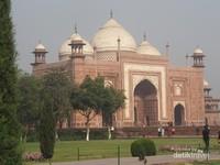 Salah satu bangunan yang ada disisi Taj Mahal yang kini telah beralih fungsi menjadi Masjid