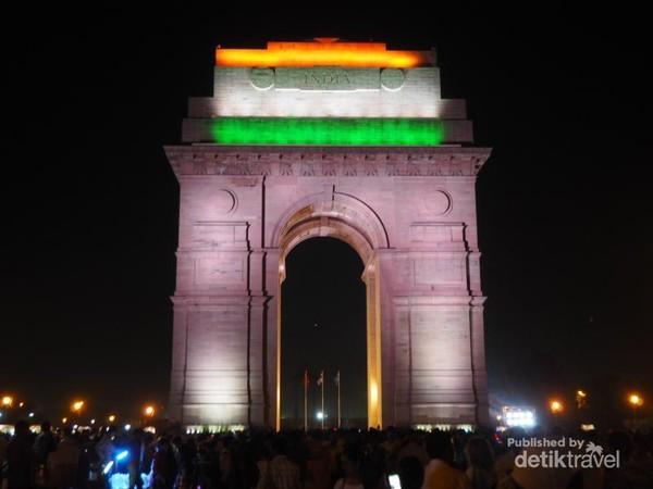 Indian Gate pada malam hari