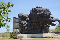 Patung raksasa kepala Garuda di Plaza Garuda
