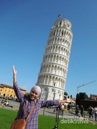 Berfoto sejenak di depan Menara Pisa