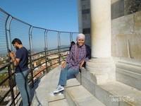 Melepaskan lelah sejenak sebelum turun dari puncak menara
