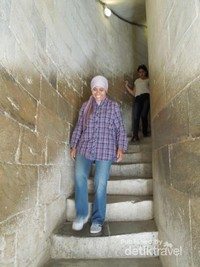 Menuruni tangga menara tidak secapai kala menaikinya
