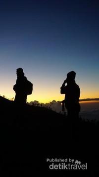 Pemandangan pendakian menjelang pagi .