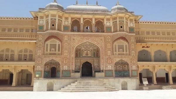 Indahnya gerbang ganesha dihiasi mosaik dan patung-patung merupakan pintu masuk ke dalam istana pribadi Raja dan kerabatnya