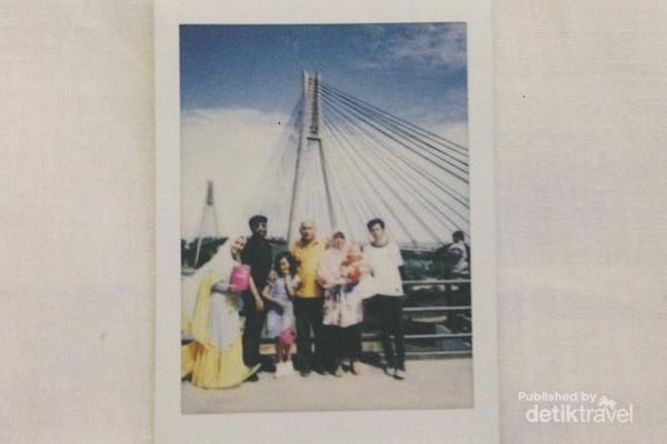 Aku dan keluargaku di Jembatan Barelang
