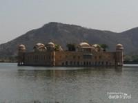 Jal Mahal, istana terapung di tengah danau Man Sagar