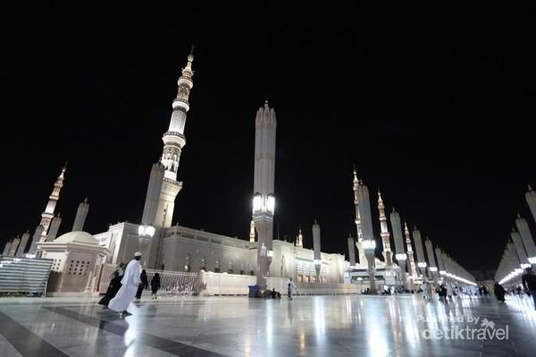 Ini foto bagian depan dari Masjid Nabawi disaat malam hari, Indah banget kan.
