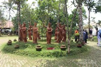 Beberapa patung gandrung yang menyambut pengunjung di depan pintu masuk , semakin ke dalam semakin banyak patung yang kita jumpai.