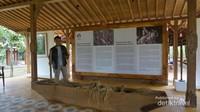 Di dalam pendopo ini terdapat sejarah singkat pembuatan taman gandrung terakota , alat musik tradisional dan beberapa hasil karya pemilik tempat ini.