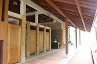 Musala dan toilet yang ada bernuansa kayu yang menyatu dengan alam.