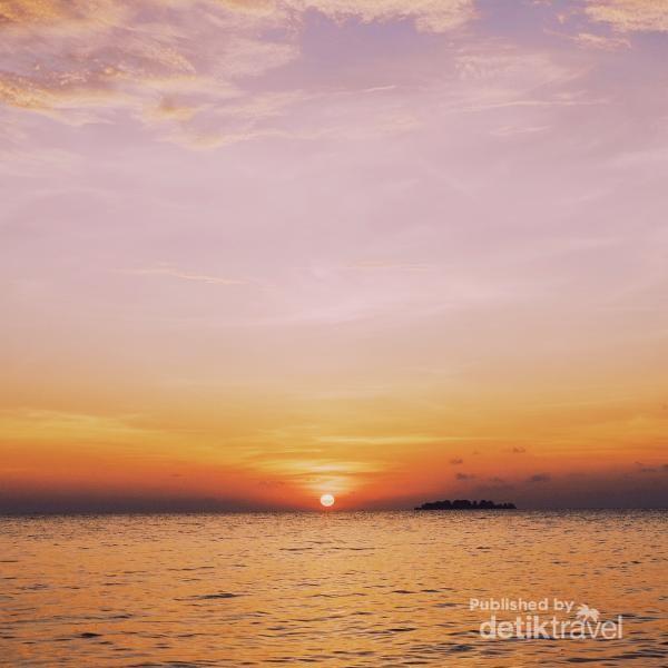 Matahari di ujung lautan