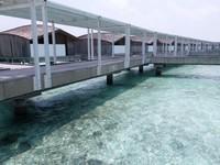 Koridor menuju overwater villa di Club Med Finolhu
